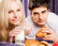 Van het het ontbijtbed van het paar de melksnor Royalty-vrije Stock Foto's