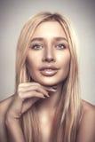 Van het het portret jonge mooie blonde van de manierglamour de vrouwenglimlach Stock Foto's