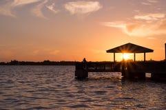 Van het het silhouetnoorden van het zonsondergangdok het Fort Myers Florida Stock Foto