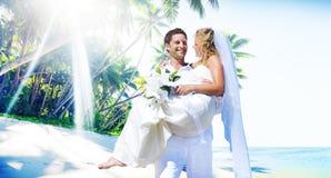 Van het het Strandhuwelijk van het huwelijkspaar het Gelukconcept stock fotografie