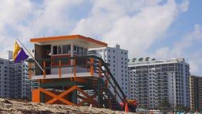 Van het het zuidenstrand van Miami van de de zomerdag de badmeestertoren 4k Florida de V.S. stock video
