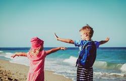 Van het Ittlejongen en meisje reis op tropisch strand, familievakantie royalty-vrije stock afbeelding