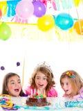 Van het jonge geitjemeisjes van kinderen de de verjaardagspartij kijkt opgewekte chocoladecake Stock Foto's