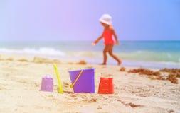 Van het jonge geitjesspeelgoed en meisje het spelen op het strand Royalty-vrije Stock Foto