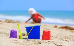 Van het jonge geitjesspeelgoed en meisje het spelen op het strand Royalty-vrije Stock Afbeelding