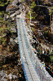 Van het kabelbrug en gebed vlaggen op trekkingsroute Royalty-vrije Stock Afbeelding