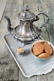 Van het koffiepot en havermeel koekjes Royalty-vrije Stock Foto's