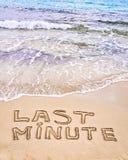 Van het laatste ogenblik geschreven op zand, met golven op achtergrond royalty-vrije stock foto's