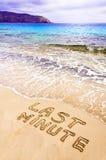 Van het laatste ogenblik geschreven op zand, met golven op achtergrond Stock Foto