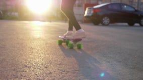 Van het het landschapskind van het meisjesskateboard stedelijke de voet achtermening stock videobeelden