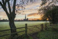 Van het landschapssalisbury van de de winter ijzige zonsopgang de kathedraalstad in Engeland Royalty-vrije Stock Foto's