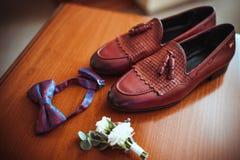 Van het leerschoenen van mensen de bruine, elegante toebehoren voor de bruidegom, boutonniere en de modieuze vlinder stock foto