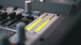 Van het LEIDENE het Signaal Indicatorniveau op de Correcte het Mengen zich Console stock video