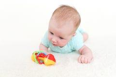 2 van het leuke babymaanden meisje met rammelaar Stock Fotografie