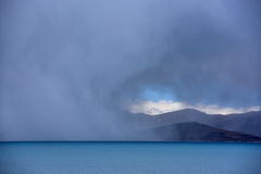Van het Meerphumayumtso van Tibet de donkere wolken Stock Foto's