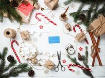 Van het het Nieuwjaarconcept van de Kerstmissamenstelling met de hand gemaakte het personeelsklok met royalty-vrije stock afbeeldingen