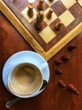 Van het ochtend het Italiaanse Koffie en schaak spelen stock foto