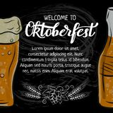 Van het Oktoberfesthand getrokken het van letters voorzien en overzicht mok bier voor affiche, banner, uitnodiging, promo Krijtku stock illustratie