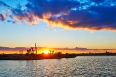 Van het olie het zuigende machine en meer zon plaatsen Stock Foto