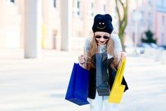 10 van het oude meisjesjaar kind bij het winkelen in de stad Stock Fotografie
