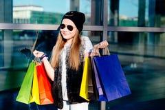 10 van het oude meisjesjaar kind bij het winkelen in de stad Stock Foto's