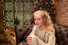 13 van het oude tienerjaar meisje in warme sweater Royalty-vrije Stock Foto's