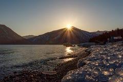 Van het overzeese de zon bergenijs Royalty-vrije Stock Afbeelding