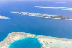 Van het het panorama blauwe water van de Maldiven lucht de ertsader en het koraaleilanden stock fotografie