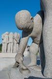 Van het parkstandbeelden van Vigeland de jongen en de slang Royalty-vrije Stock Fotografie