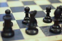 Van het schaakspel stategy concurrentievoordeel als achtergrond Schaak en partner stock foto