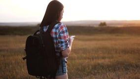Van het het silhouetmeisje van de Hipsterwandelaar de lopende zwerver met de positienavigatie van het rugzakonderzoek op mobiele  stock videobeelden