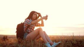 Van het het silhouetmeisje van de Hipsterwandelaar de reizigersrust rust langzame geanimeerde video met rugzak student het doen n stock video