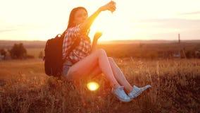 Van het het silhouetmeisje van de Hipsterwandelaar de reizigersrust rust langzame geanimeerde video met rugzak student het doen n stock videobeelden