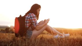 Van het het silhouetmeisje van de Hipsterwandelaar de reizigersrust rust langzame geanimeerde video met rugzak student het park v stock videobeelden
