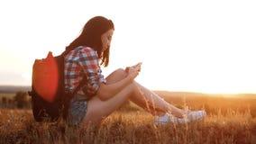 Van het het silhouetmeisje van de Hipsterwandelaar de reizigersrust rust langzame geanimeerde video met rugzak student het park v stock video