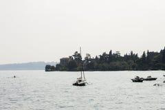 Van het strand op Garda-Meer stock foto's