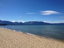 Van het het strand het zandige zand van de waterkant van de meer tahoe boot blauw van het waterbergen royalty-vrije stock afbeeldingen