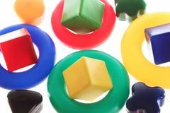 Van het stuk speelgoed geïsoleerde ringen en kubussen als achtergrond Stock Afbeeldingen