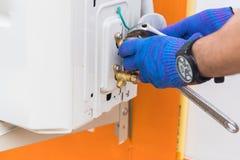 Van het technicusreparatie en onderhoud airconditioner stock afbeeldingen
