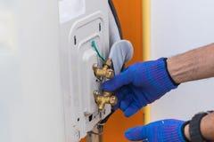 Van het technicusreparatie en onderhoud airconditioner Royalty-vrije Stock Foto's
