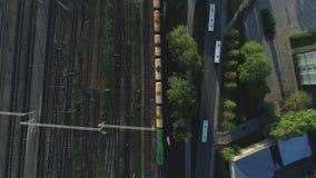 Van het treinbrug en spoor wegen met trein in Vlucht van de de Stads Slowmotion hommel van Riga dichtbij brug met de luchtvlucht  stock videobeelden