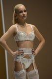 Van het Verkeerslingrie Expo van Moskou de Blonde vrouw in witte lingrie en kous Sluit omhoog Stock Foto's