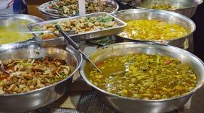 Van het verscheidenheids Thaise kerrie en voedsel vertoningen in roestvrij bassin voor netto op markt royalty-vrije stock fotografie