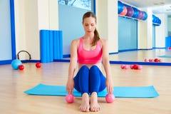 Van het zandballen van de Pilatesvrouw de oefeningstraining bij gymnastiek Stock Foto