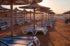Van het zonparaplu en strand bedden Stock Afbeelding