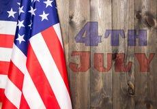 4 van Juli, de de Onafhankelijkheidsdag van de V.S., te adverteren plaats, houten achtergrond, Amerikaanse vlag Stock Afbeeldingen