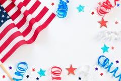 4 van Juli Onafhankelijkheidsdag met Amerikaans confettien, vlag en lint viering, patriottisme en vakantieconcept stock foto's
