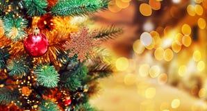 Van kerstboom achtergrond en Kerstmis decoratie met vaag, het vonken, het gloeien Gelukkige Nieuwjaar en Kerstmis Stock Afbeelding