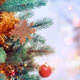 Van kerstboom achtergrond en Kerstmis decoratie met vage sneeuw, het vonken, het gloeien Gelukkige Nieuwjaar en Kerstmis Royalty-vrije Stock Afbeelding