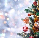 Van kerstboom achtergrond en Kerstmis decoratie met vage sneeuw, het vonken, het gloeien Gelukkige Nieuwjaar en Kerstmis Royalty-vrije Stock Fotografie